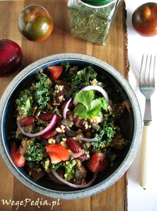 Sałatka z jarmużem, kaszą jaglaną i pomidorami