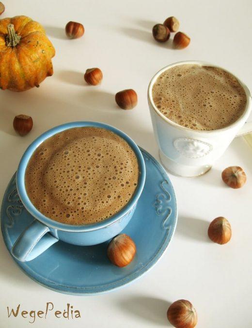 Wegański napój orzechowy z karobem a la cappuccino – zamiast kawy
