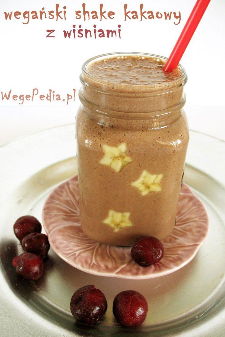 Wegański lodowy koktajl czekoladowy z wiśniami i bananem