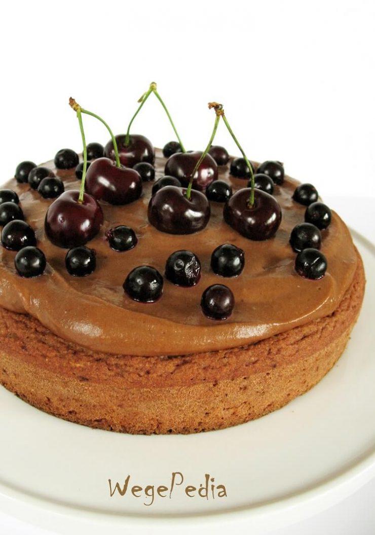 Wegańskie ciasto owsiane fit z owocami i kremem snickers