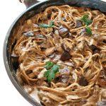 Makaron zgrzybami iśmietaną wegańską – szybki przepis