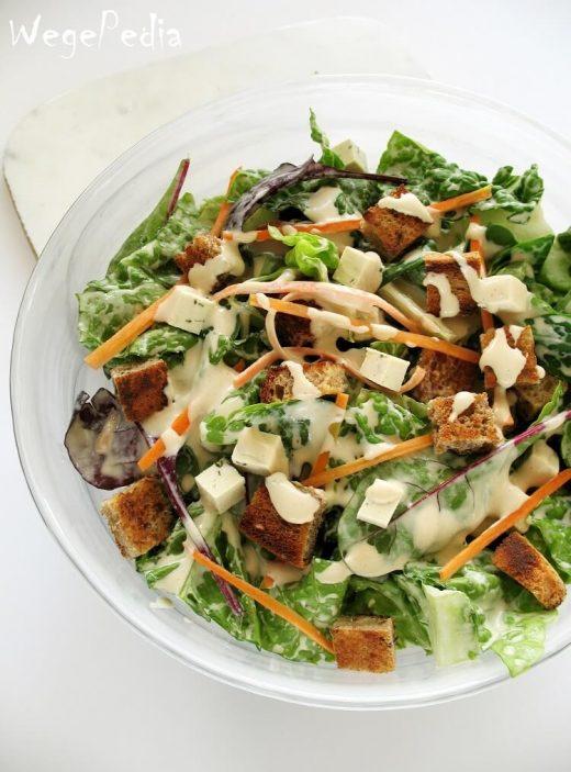 Wegańska sałatka Cezar z grzankami - fit przepis bez kurczaka