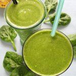 Zielony koktajl zeszpinakiem, bananem ikiwi, dla dzieci