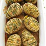 Pieczone ziemniaki hasselback zczosnkiem – przepis fit