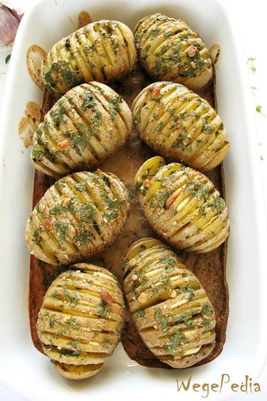 Pieczone ziemniaki hasselback z czosnkiem - przepis fit