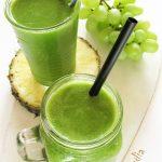 Zielone smoothie zjarmużem, ananasem, bananem iwinogronami