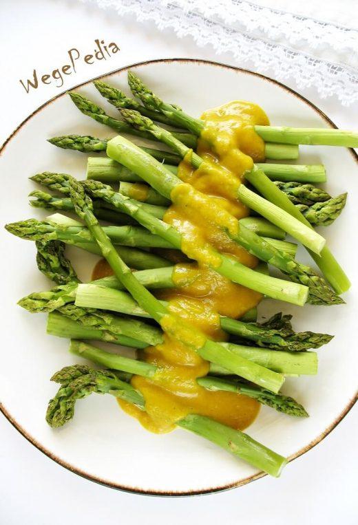 Pieczone szparagi z wegańskim sosem berneńskim fit