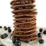 Pancakes czekoladowe zborówkami imasłem orzechowym