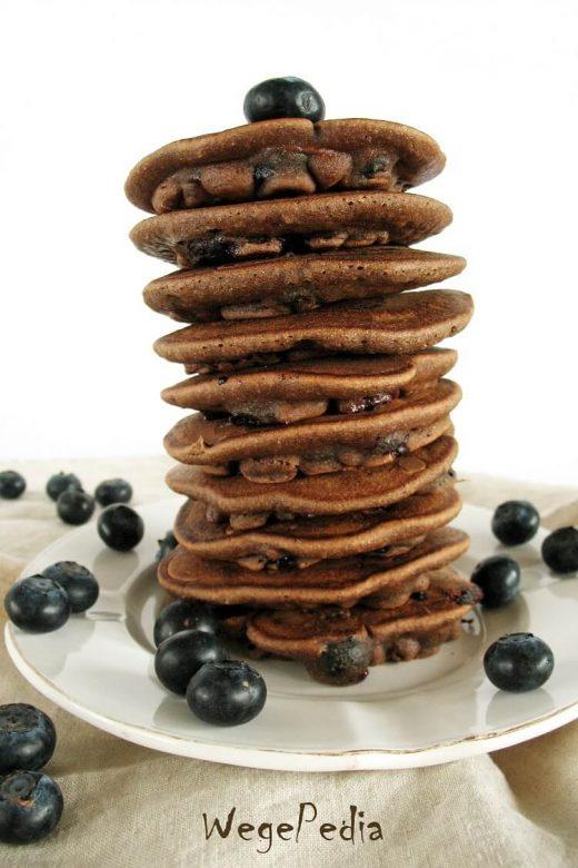 Pancakes czekoladowe z borówkami i masłem orzechowym fit