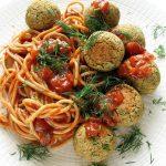 Pieczone pulpety zsoczewicy wsosie pomidorowym, wegańskie