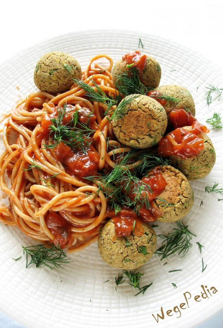 Pieczone pulpety z soczewicy w sosie pomidorowym, wegańskie