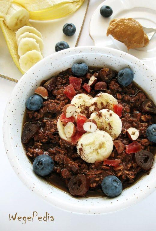 Owsianka czekoladowa z kakao, bananem i orzechami