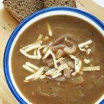 Wegańska francuska zupa cebulowa napiwie – przepis fit
