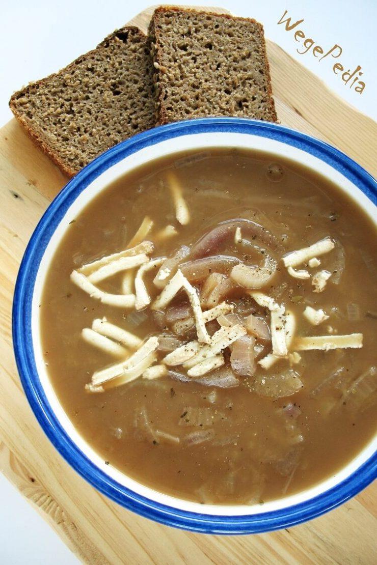 Wegańska francuska zupa cebulowa na piwie - przepis fit