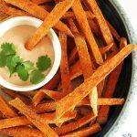 Pieczone frytki zesłodkich ziemniaków / batatów, chrupiące