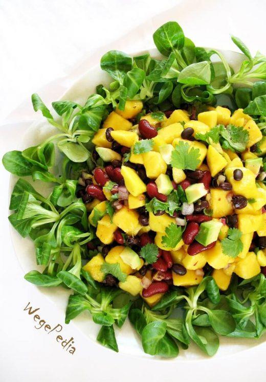 Sałatka z mango, fasolą, awokado, cebulą, kolendrą i cytryną