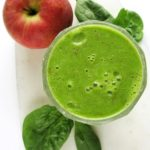 Zielone smoothie zeszpinakiem ijabłkiem lub winogronami