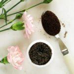 Peeling zfusów kawy dotwarzy iciała – gładka skóra
