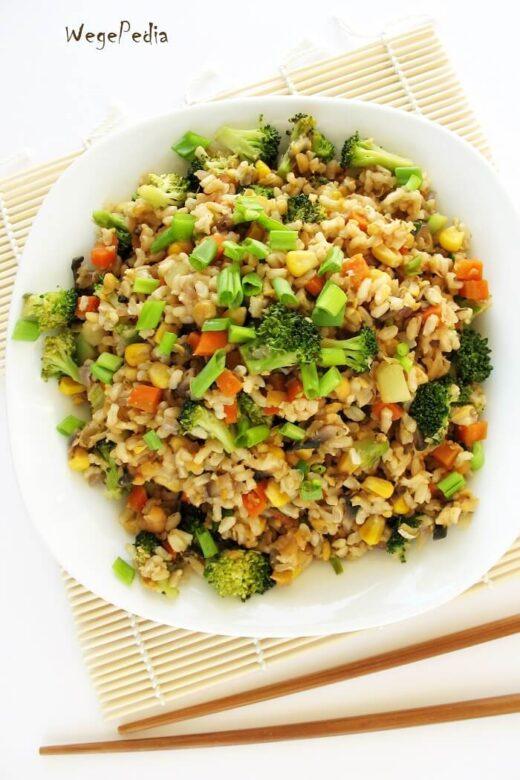 Smażony ryż z warzywami po chińsku, fit, wegański